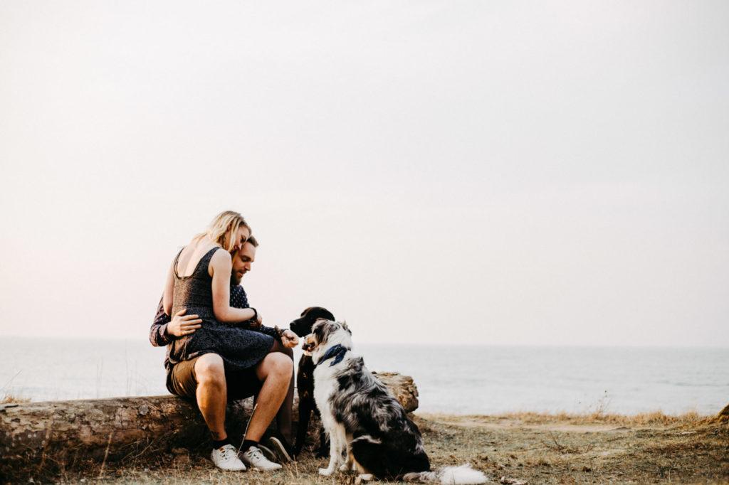 Ein Paar genießt die Aussicht von der Steilküste auf die Ostsee