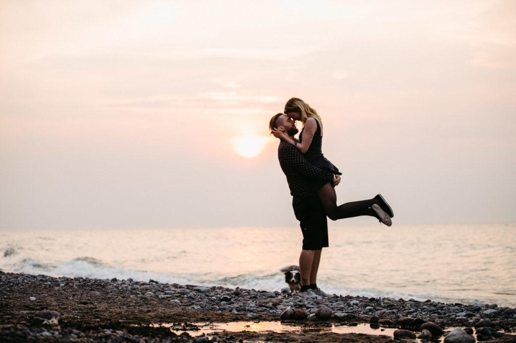 Coupleshooting im Sonnenuntergang beim Strand